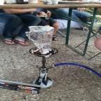 Shisha Rauchen im Garten